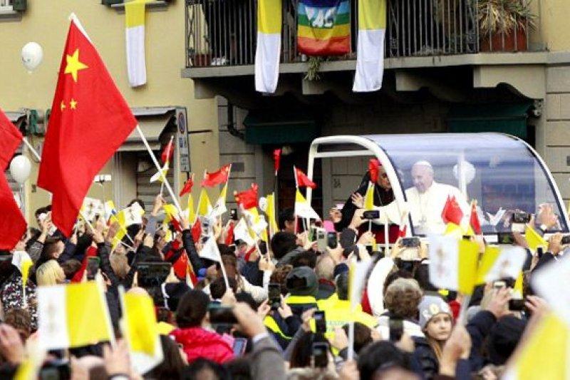 教宗方濟各訪問義大利中部小鎮普拉托,受到信眾的熱烈歡迎,人群中有許多華人舉著中國國旗。(BBC中文網)