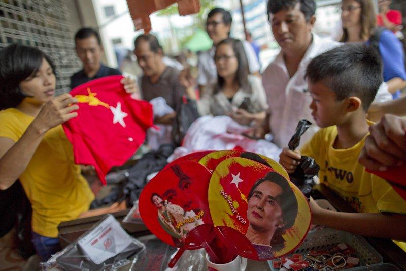 緬甸小販正在兜售全民盟(NLD)與翁山蘇姬的旗幟與周邊商品。(美聯社)