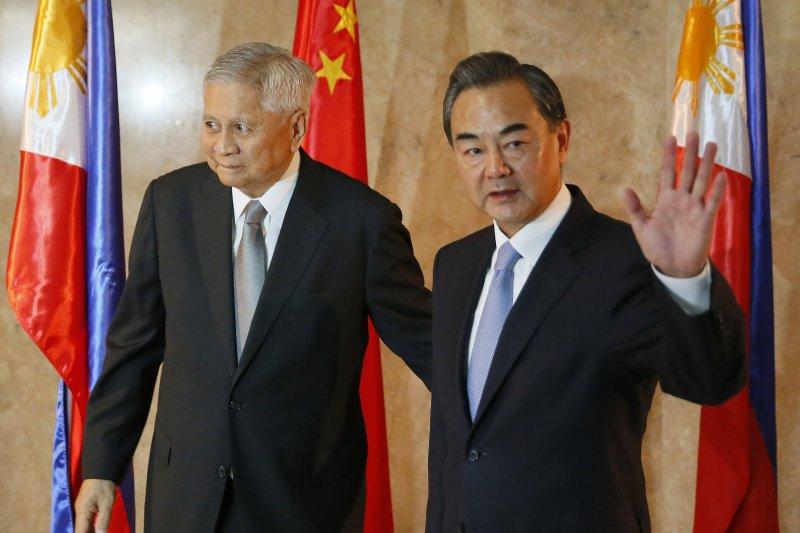 菲律賓外交部長德爾羅薩里奧(左)與中國外交部長王毅10日在馬尼拉會面(美聯社)