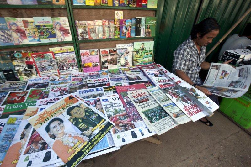報攤上的刊物封面是未來緬甸的兩位實權者:翁山蘇姬與國防軍總司令敏昂萊。(美聯社)