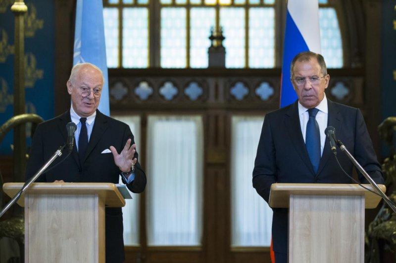 聯合國敘利亞特使米斯杜拉(左)與俄羅斯外長拉夫羅夫(右)(取自美聯社)