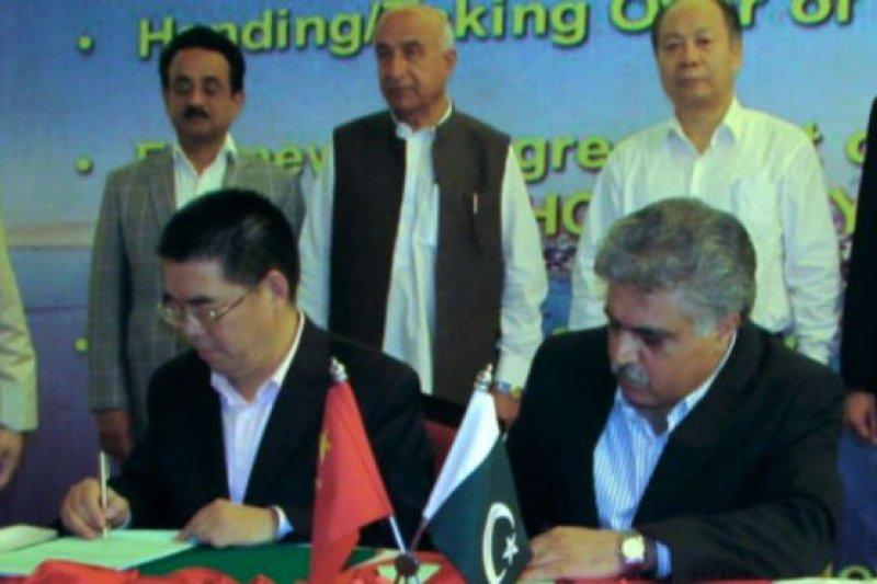 中國海外港口控股有限公司和巴基斯坦瓜達爾港務局負責人星期三(11月11日)在交接文件上簽字。(BBC中文網)