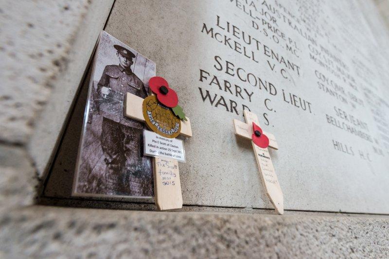 11月11日,第一次世界大戰停戰紀念日,比利時的軍人公墓,老照片、十字架與虞美人。(美聯社)