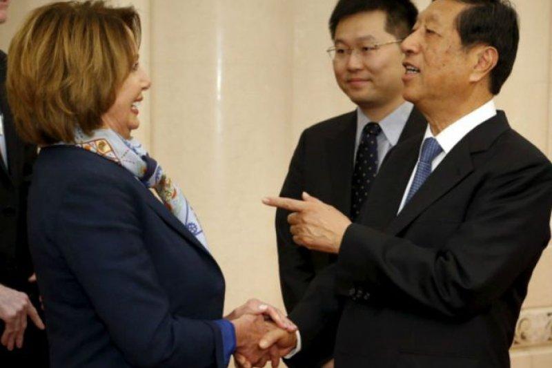 中國人大常委會副委員長張平在人民大會堂會見美國國會眾院民主黨領袖佩洛西。(BBC中文網)