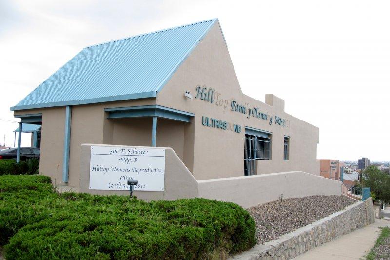 德州的墮胎診所Hilltop Women's Reproductive clinic,因為無法達到墮胎法對墮胎診所的規定門檻,將被迫關門大吉。這附近的德州婦女此後可能要到數百公里之外才能找到醫生協助墮胎,或者要跨州到新墨西哥州。(美聯社)