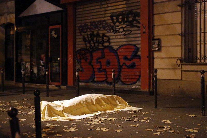 巴黎恐怖攻擊。在槍擊案發地巴塔克蘭劇院(Bataclan)外,白布覆蓋在罹難者的遺體上。巴黎13日深夜發生法國有史以來最嚴重的恐怖攻擊,已知發生6起槍擊案與爆炸案。(美聯社)