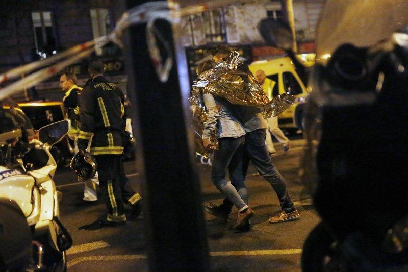 巴黎恐怖攻擊。人們紛紛逃離巴塔克蘭劇院(Bataclan)。13日晚間,來自美國加州的樂團「死亡金屬之鷹」(Eagles of Death Metal)正在巴塔克蘭劇院演出,觀眾估計有數百人。槍擊事件造成至少87人死亡。(美聯社)