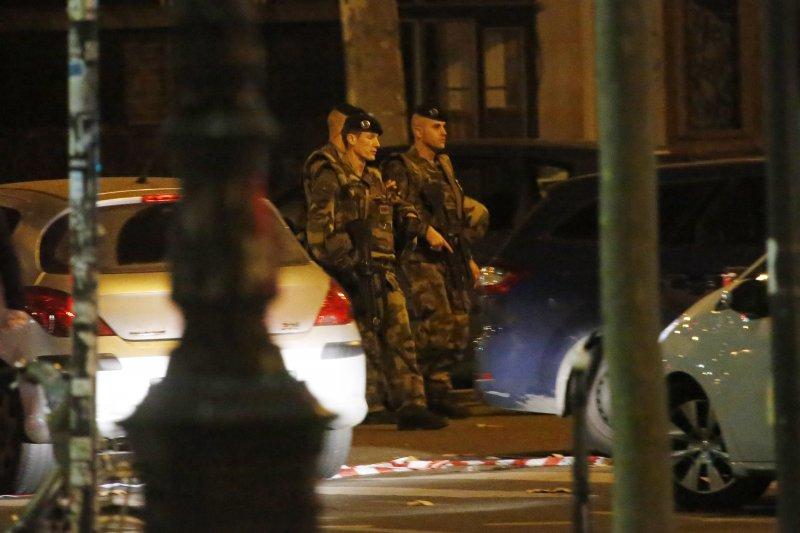 巴黎恐怖攻擊。在巴塔克蘭劇院(Bataclan)的槍擊造成87人死亡,法國提高警戒,軍人在街上巡邏。(美聯社)