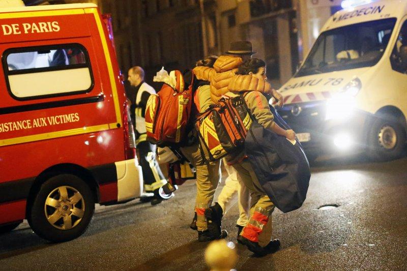 巴黎恐怖攻擊。巴塔克蘭劇院(Bataclan)槍擊後,受害者被疏散離開現場。13日晚間,巴黎發生一連串槍擊、爆炸等恐怖攻擊事件,造成至少120人死亡。(美聯社)