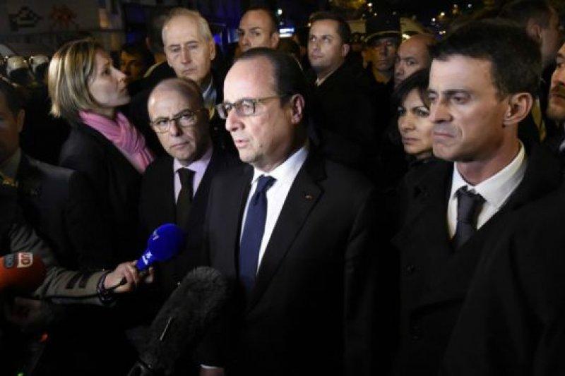 法國總統奧朗德在巴塔克蘭音樂廳講話說,「我們將會無情反抗」。(BBC中文網)