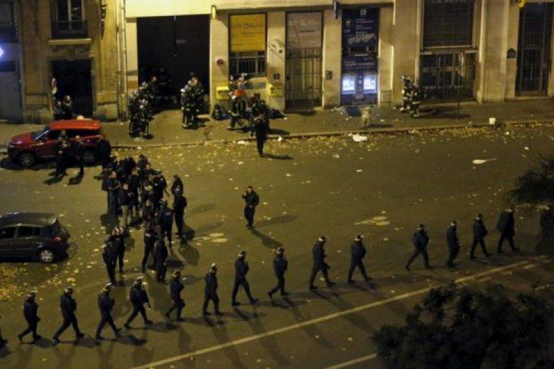 午夜過後,巴黎多處地區只剩下警車和軍警巡邏。(BBC中文網)