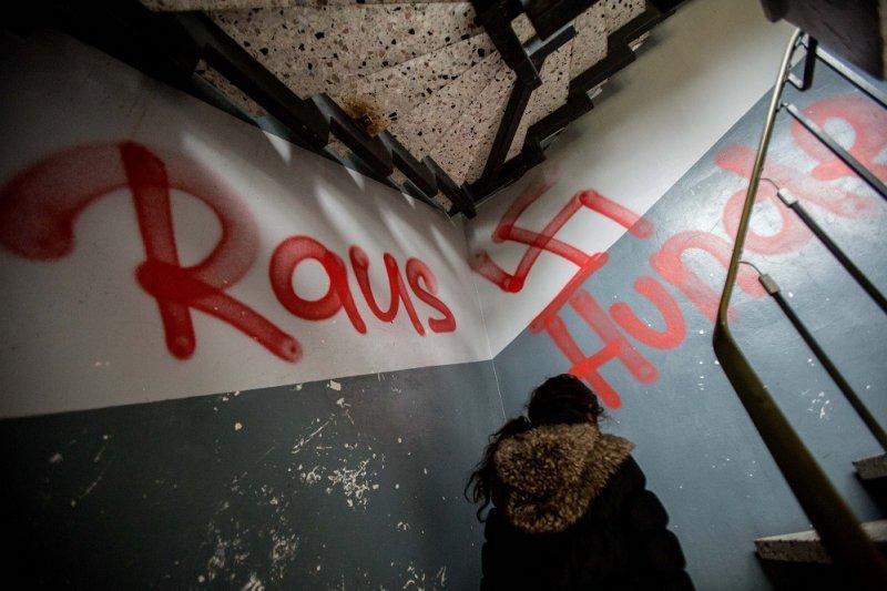 德國難民收容處牆面被寫上「離開」與「狗」等字樣(美聯社)
