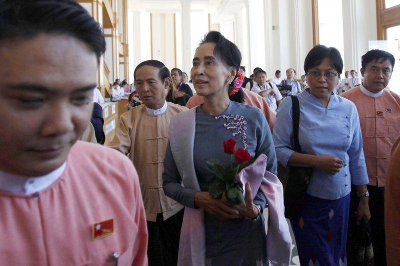 贏得緬甸國會大選的反對黨領袖翁山蘇姬(中)16日進入下議院,與國會領袖見面。(美聯社)
