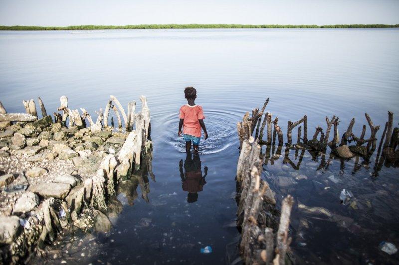 氣候變遷,地貌正在改變,圖為塞內加爾逐漸消失的海岸線。(美聯社)
