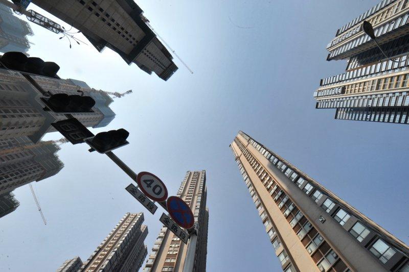 中國政府逐漸放鬆房地產管制,但一線城市的泡沫已現。圖為長沙主城區新建的商品房社區(新華社)