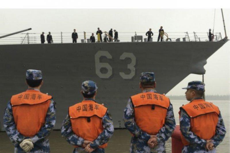 美國飛彈驅逐艦史塔森號周一到上海進行訪問,史塔森號在中國海軍人員注視下靠岸。(BBC中文網)