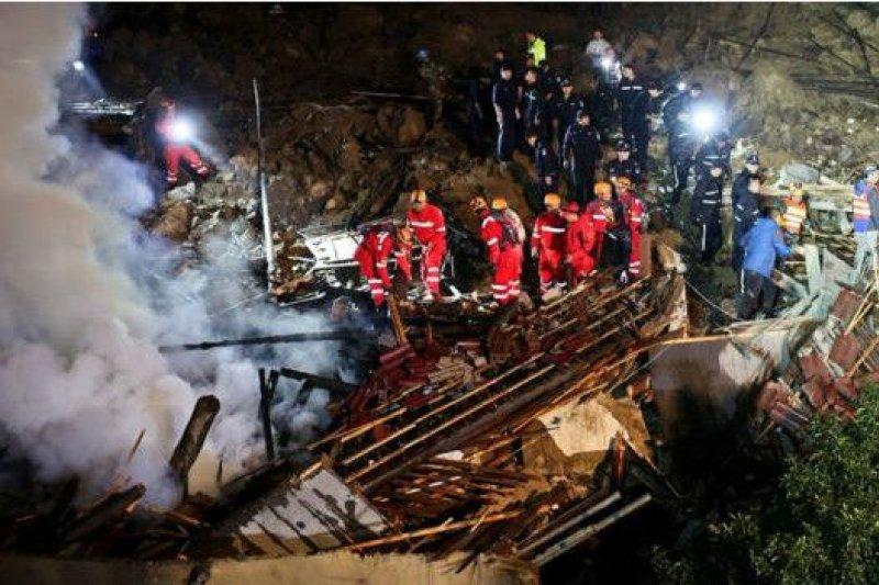 儘管連降大雨,滑坡仍然造成了火災。(BBC中文網)
