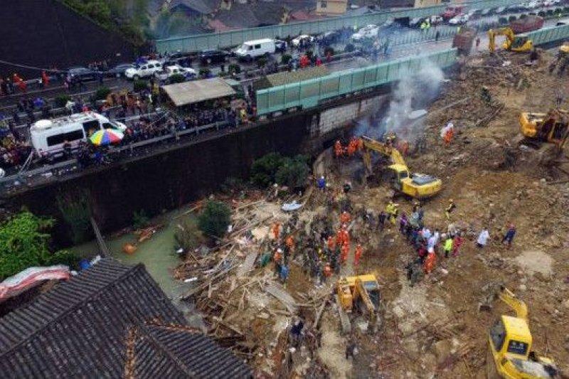 專家趕往災區對周圍其他地區進行評估,防止其他地方發生類似的滑坡。(BBC中文網)