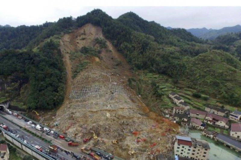 山崩造成一個小堰塞湖(右下)對救援行動形成了阻礙。(BBC中文網)