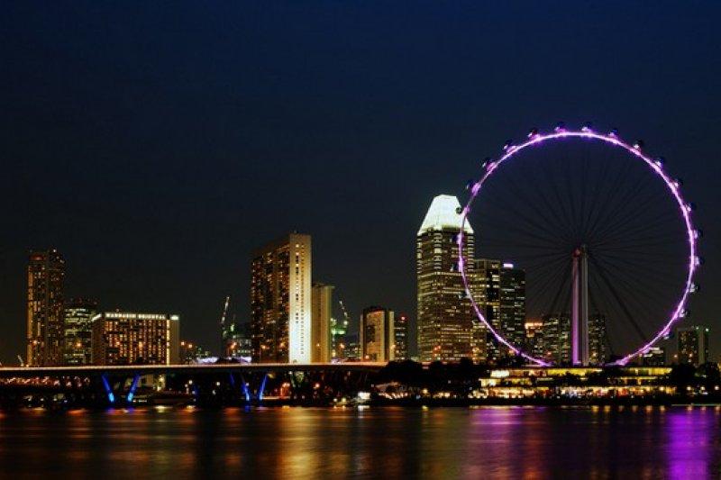 坐上摩天輪欣賞這浪漫夜景,是一場美麗的視覺響宴。(圖/新加坡摩天輪官網)
