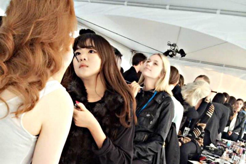21歲的李敏,現在是常在各國時裝周後台出沒的彩妝師(圖/Seersis makeup & fashion design粉絲專頁)