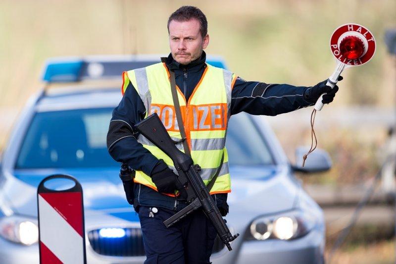 於13日巴黎攻擊事件後,德國警方於德比邊界處的高速公路上對車輛進行審查。(美聯社)