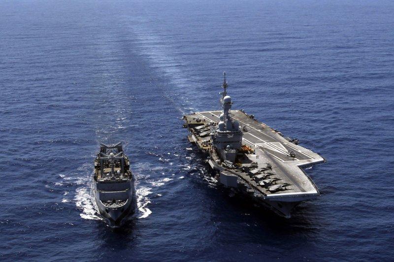 戴高樂號核動力航空母艦,一旁是拉默茲號補給艦。(美聯社資料照)