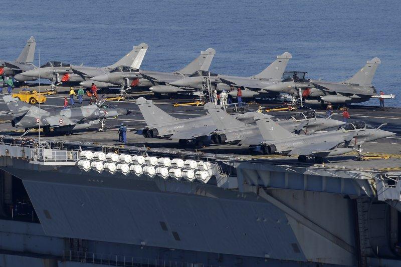 戴高樂號核動力航空母艦與艦載主力「疾風」戰機與「超級軍旗」(有迷彩塗裝者)。(美聯社)
