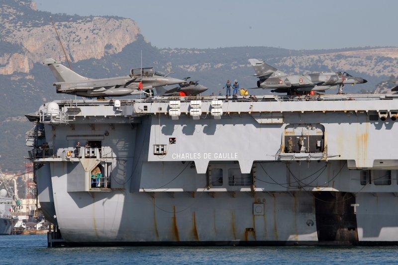 戴高樂號核動力航空母艦上的艦載主力「疾風」戰機與「超級軍旗」攻擊機。(美聯社)