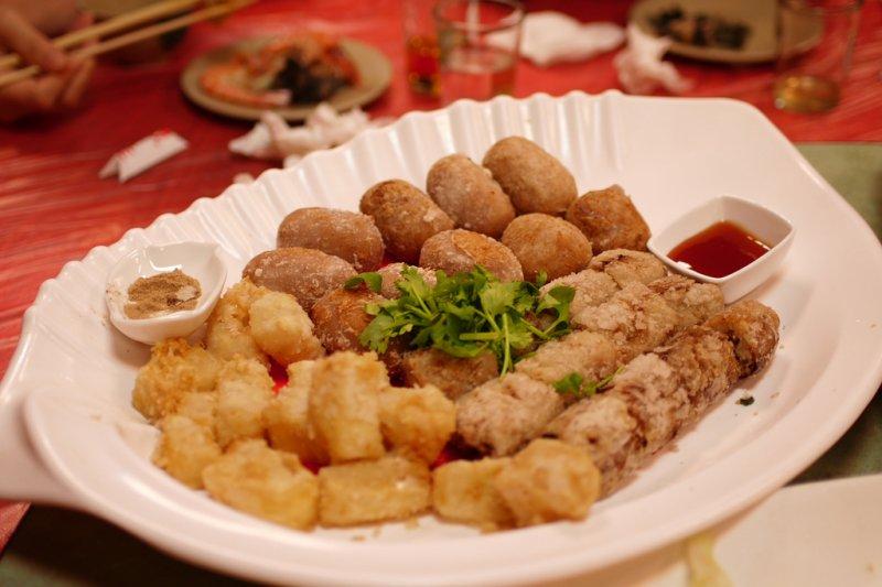 宜蘭特色小吃,糕渣、肉捲、芋丸(圖/flower165@flickr,CC授權)