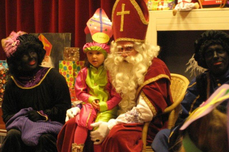 耶誕老公公送上禮物,祝福孩童來年一切順利!