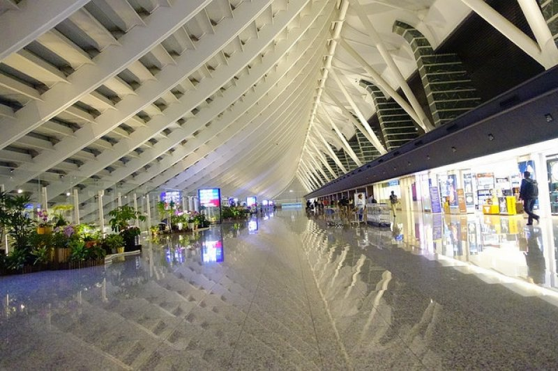 桃園國際機場將解決旅客登機前報到等繁瑣流程問題。(圖/準建築人手札網站 Forgemind ArchiMedia@flickr)