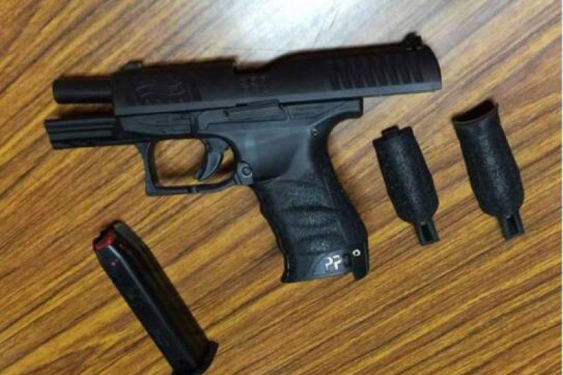 中山分局警員在臉書貼上受測手槍,被眼尖軍事迷認出是Walther PPQ 的M1型,並不是標案的M2型。(取自臉書)