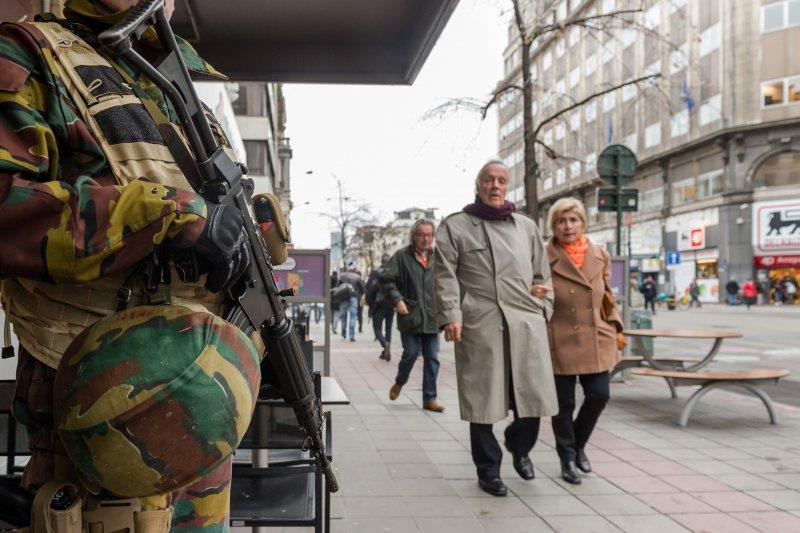 比利時首都布魯塞爾的街頭20日隨處可見荷槍實彈的軍警。(美聯社)