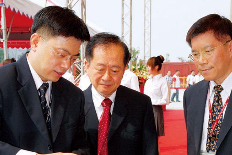 王英郎(左1)主管的南科14 廠,負責量產台積電目前最先進製程,是「啃蘋果」的重要基地。(攝影張家毓)