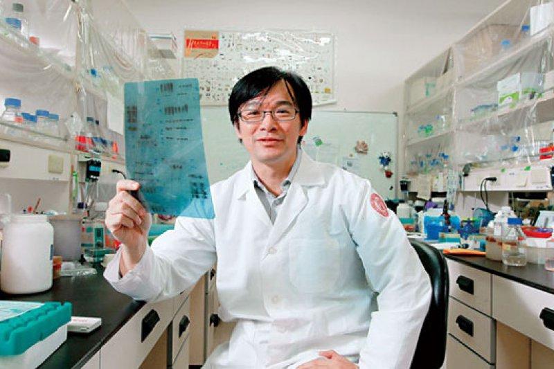 BW-1462-3-雖是植微系老師,但沈湯龍的實驗室一天到晚有醫學系、動物系、生命科學系等跨學系的研究生來做實驗,他都敞開大門歡迎。(攝影者.楊文財)