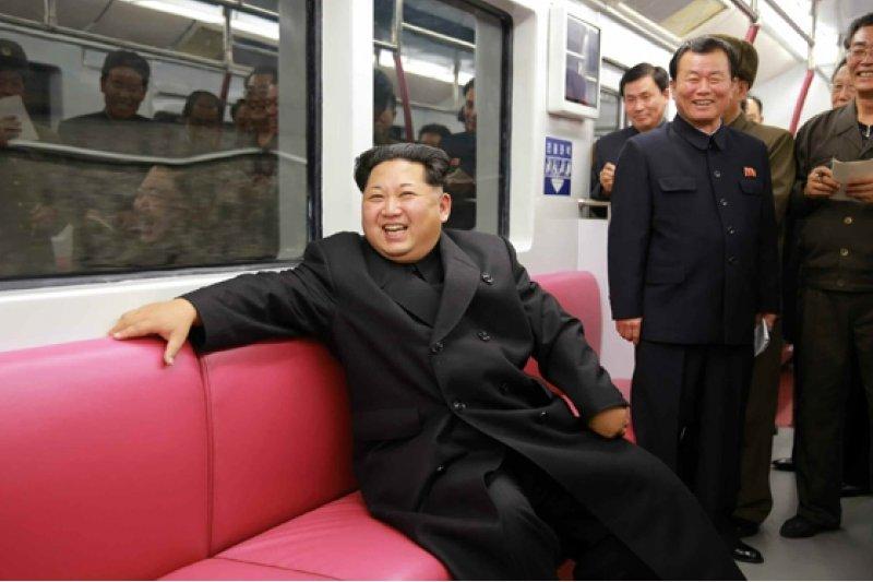 金正恩19日在平壤視察地鐵建設,同時也展示出他獨特的髮型。