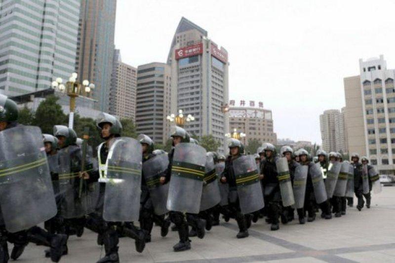 中國官媒在20天後才報導了警方的行動,而之前發生的襲擊事件更是在兩個多月後才首次證實(新疆警方資料照片)。(BBC中文網)