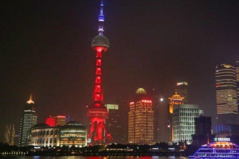 巴黎遭遇大規模恐怖襲擊後,上海東方明珠亮法蘭西國旗顏色表示道義支持。(BBC中文網)