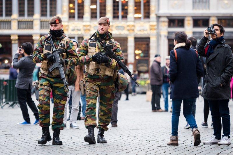 巴黎恐攻後,歐洲路上隨處可見軍警巡行街頭。(美聯社)