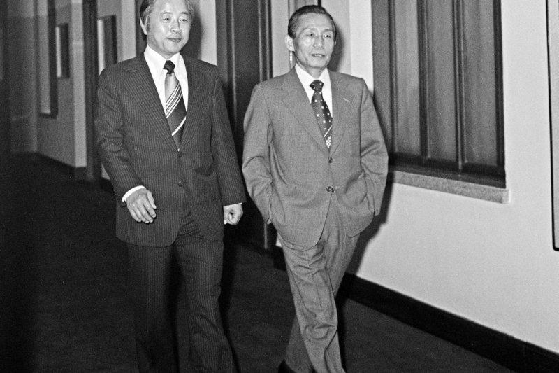 年輕時代的金泳三(左)與強人總統朴正熙(取自網路)
