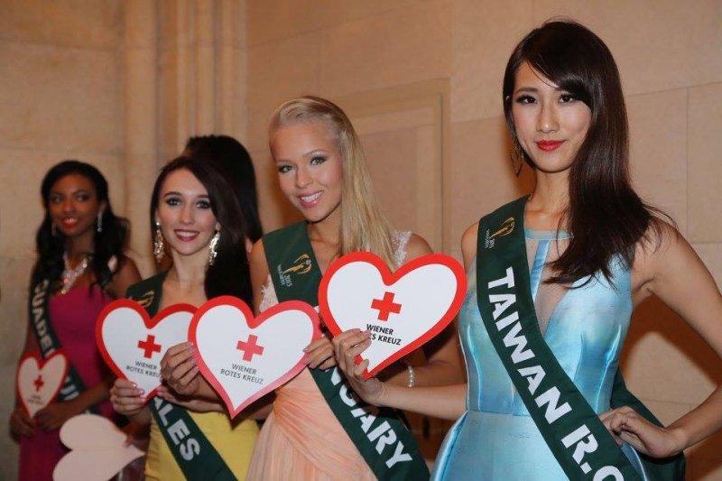 「2015地球小姐」國際選美賽事目前正在維也納進行中,卻傳出台灣的選美小姐代表丁文茵(右一)因為身披的「台灣」背帶而遭到主辦單位刁難。(取自世界小姐臉書)