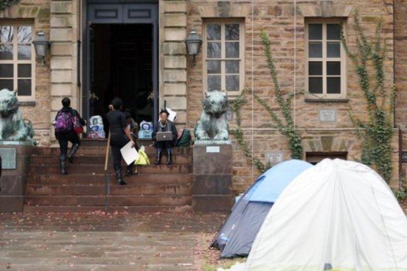 黑色正義聯盟18日發起學生靜坐抗議,直至校方同意簽署協議。(美聯社)