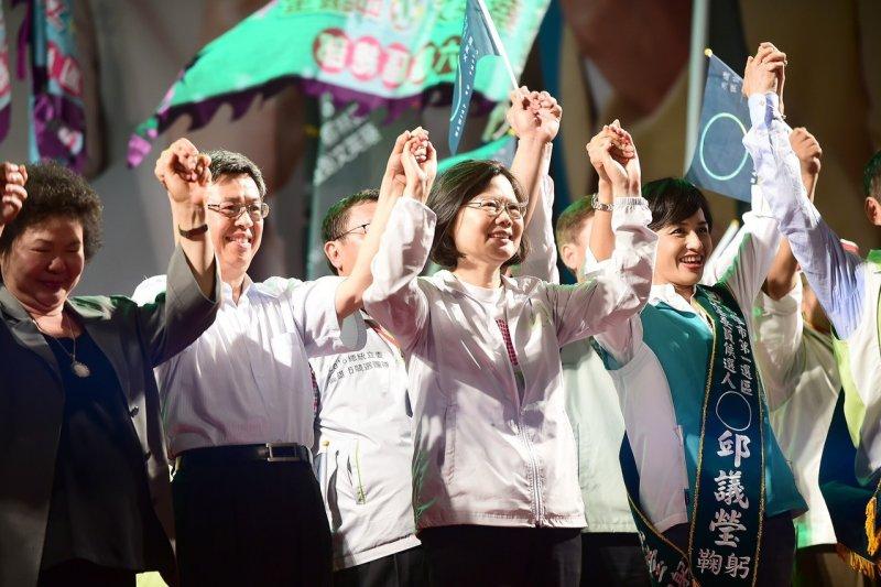 民進黨「英仁」配22日晚間在高雄旗山首度合體,蔡英文推崇陳建仁過去是專業人士,現在要一起走向台前,參與政治,來改變台灣。(民進黨提供)
