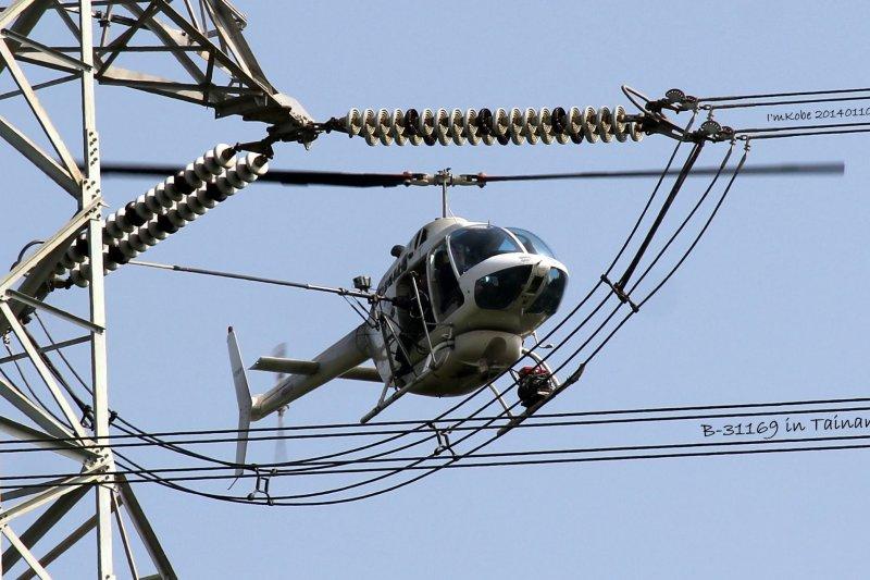 承包台電的電塔礙子清洗的凌天航空直升機22日於新北市太山區驚傳墜落意外,2名駕駛救出時已無呼吸心跳,現正分送醫院急救。(取自凌天航空臉書)