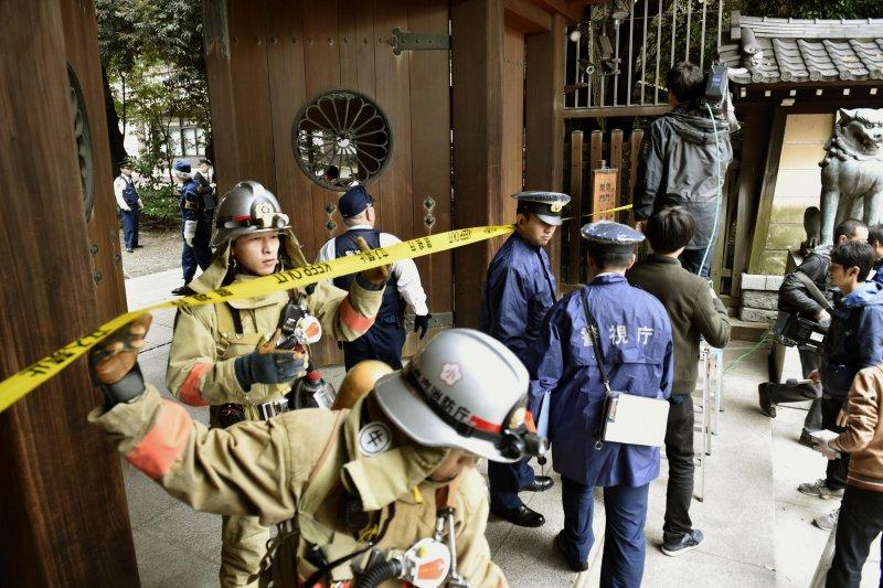日本靖國神社23日上午驚傳爆炸案,警消人員立刻前往處理。(美聯社)