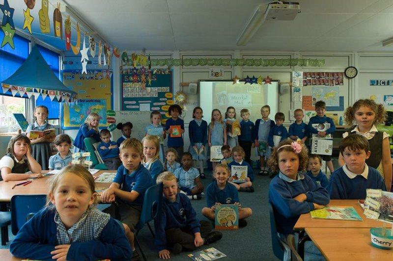 英國攝影師Julian Germain走訪十九個國家,拍下各國的教室。(圖/Towner Art Gallery@facebook)