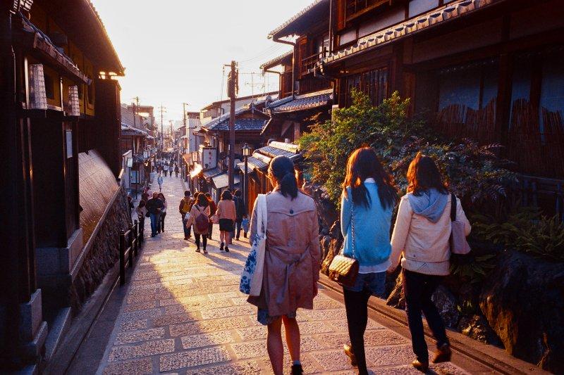 在京都清水寺附近,沿著石坂路行走,可以看到許多保有日本文化的傳統建築。(圖/有鹿文化提供)
