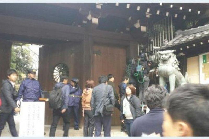 日本媒體在靖國神社南門外搶拍爆炸情況。(翻攝推特)