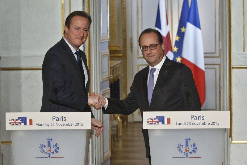 卡麥隆(左)與法國總統奧朗德(右)23日宣布組成打擊伊斯蘭國的英法同盟。(美聯社)